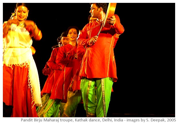 Kathak dance by Birju Maharaj troupe, Ananya, Delhi, India - images by Sunil Deepak, 2005