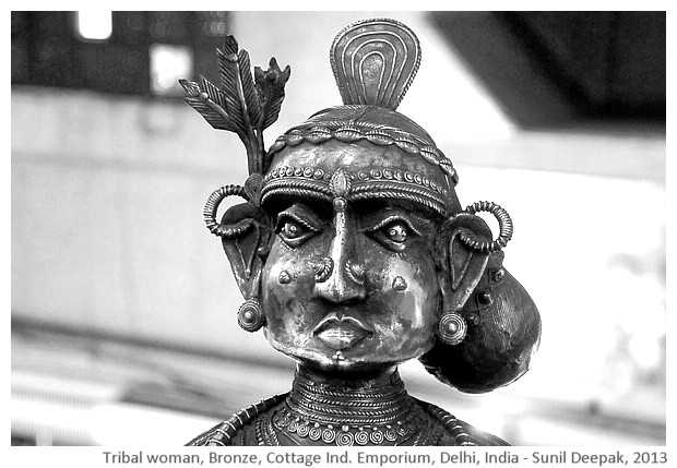 Tribal woman, bronze sculpture, Delhi, India - images by Sunil Deepak, 2013