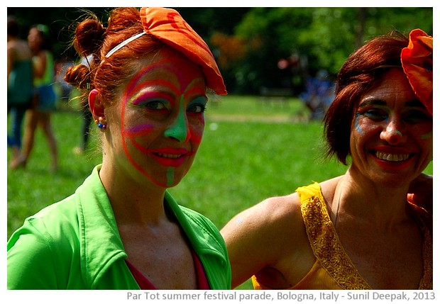 Green & red costumes, Par Tot summer parade, Bologna, Italy - images by Sunil Deepak, 2013