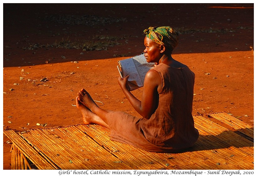Girls reading books, Espungabeira, Manica, Mozambique - Images by Sunil Deepak