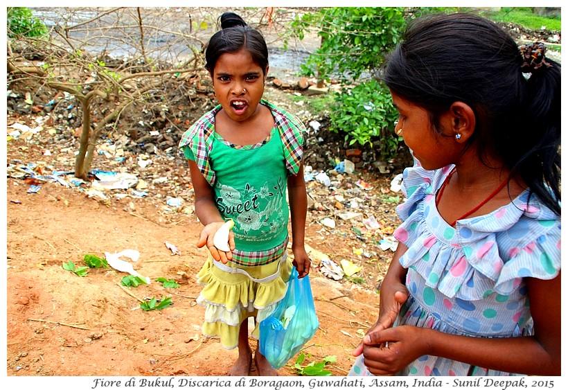 Babina con fiori di Bukul, Discarica di Guwahati - Immagini di Sunil Deepak