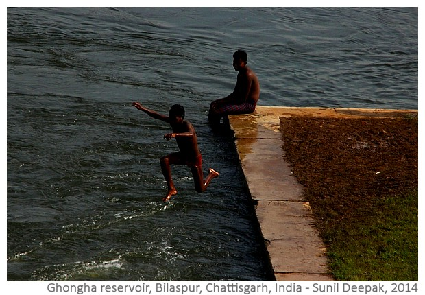 Boys at Ghongha water reservoir, Bilaspur, Chattisgarh, India - images by Sunil Deepak, 2014