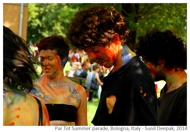 Dancers painted in red & blue, Par Tot summer parade, Bologna, Italy - Images by Sunil Deepak, 2013
